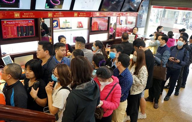 Hà Nội: Người dân xếp hàng chờ mua, bán vàng trong lúc giá nhảy múa từng giờ - Ảnh 12.