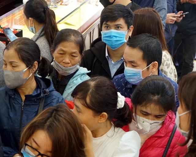 Hà Nội: Người dân xếp hàng chờ mua, bán vàng trong lúc giá nhảy múa từng giờ - Ảnh 13.