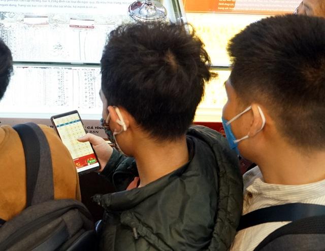 Hà Nội: Người dân xếp hàng chờ mua, bán vàng trong lúc giá nhảy múa từng giờ - Ảnh 14.