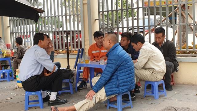 Hà Nội: Nhiều tụ điểm đông người đang dửng dưng trước dịch COVID-19 - Ảnh 8.