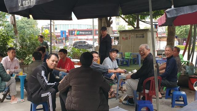 Hà Nội: Nhiều tụ điểm đông người đang dửng dưng trước dịch COVID-19 - Ảnh 9.