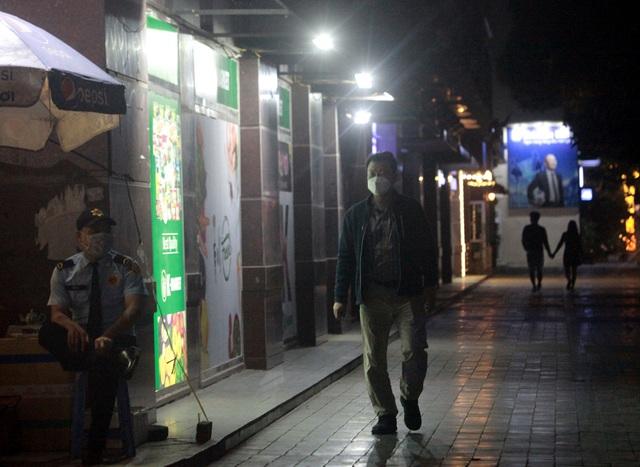 Chùm ảnh: Phố Tây đông đúc, phố Hàn vắng vẻ mùa dịch COVID-19 - Ảnh 17.