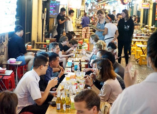Chùm ảnh: Phố Tây đông đúc, phố Hàn vắng vẻ mùa dịch COVID-19 - Ảnh 9.
