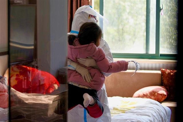 Y tá làm mẹ tạm thời cho con bệnh nhân Covid-19 - Ảnh 2.