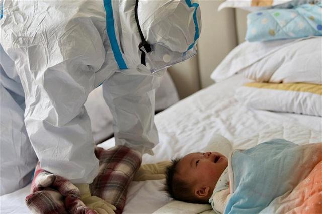 Y tá làm mẹ tạm thời cho con bệnh nhân Covid-19 - Ảnh 3.