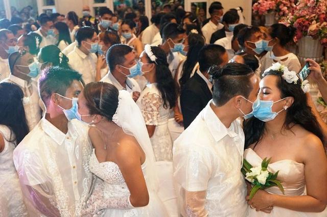Hàng trăm cặp đôi đeo khẩu trang cưới tập thể ở Philippines - Ảnh 1.