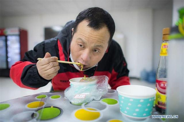 Hình ảnh những người chuyên gom mẫu bệnh phẩm Covid-19 ở Vũ Hán - Ảnh 13.