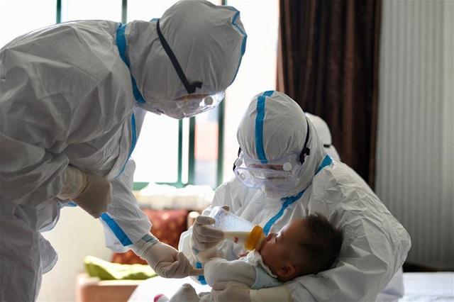 Y tá làm mẹ tạm thời cho con bệnh nhân Covid-19 - Ảnh 6.