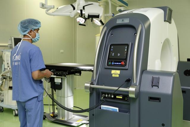 Bệnh viện Việt Đức có máy chụp di chuyển được trong mổ, lượng tia thấp - Ảnh 1.