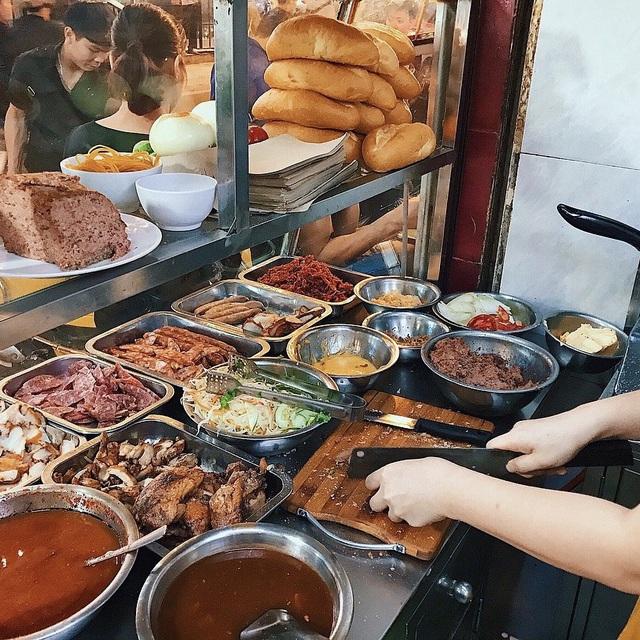 7 địa chỉ bánh mì nổi tiếng không thể bỏ qua ở Hà Nội - Ảnh 12.