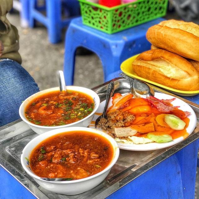7 địa chỉ bánh mì nổi tiếng không thể bỏ qua ở Hà Nội - Ảnh 4.