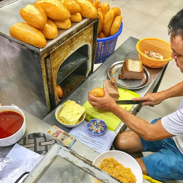 7 địa chỉ bánh mì nổi tiếng không thể bỏ qua ở Hà Nội - Ảnh 6.