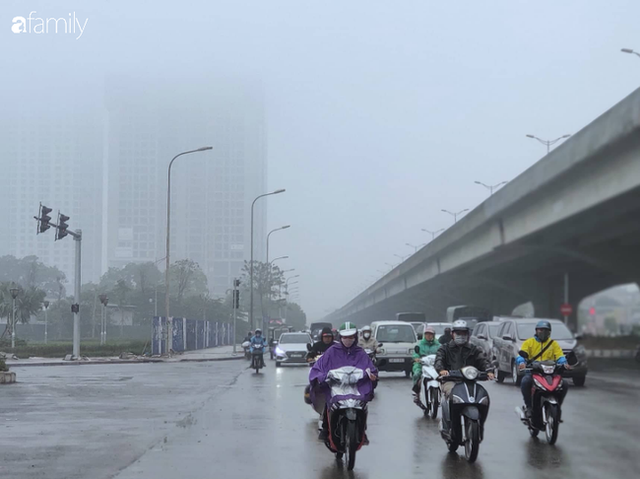 Giữa trưa, bầu trời Hà Nội vẫn trong màn sương mù dày đặc - Ảnh 1.