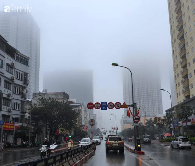 Giữa trưa, bầu trời Hà Nội vẫn trong màn sương mù dày đặc - Ảnh 2.
