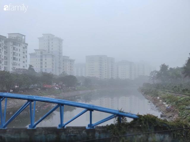 Giữa trưa, bầu trời Hà Nội vẫn trong màn sương mù dày đặc - Ảnh 4.