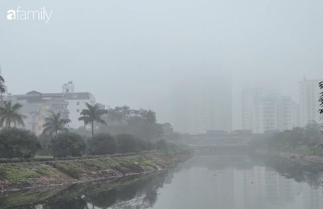 Giữa trưa, bầu trời Hà Nội vẫn trong màn sương mù dày đặc - Ảnh 5.