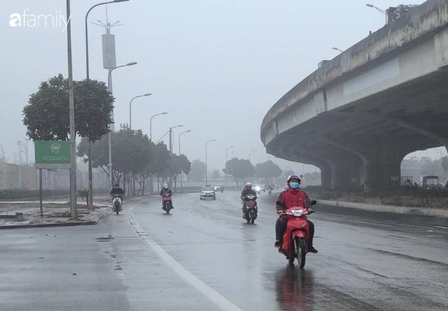 Giữa trưa, bầu trời Hà Nội vẫn trong màn sương mù dày đặc - Ảnh 6.
