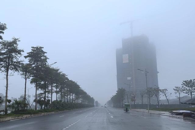 Giữa trưa, bầu trời Hà Nội vẫn trong màn sương mù dày đặc - Ảnh 7.