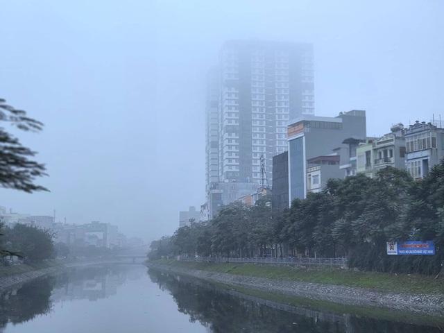Giữa trưa, bầu trời Hà Nội vẫn trong màn sương mù dày đặc - Ảnh 8.