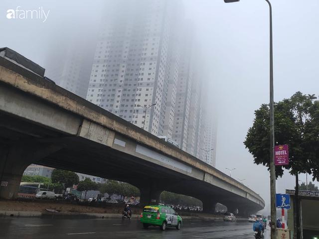 Giữa trưa, bầu trời Hà Nội vẫn trong màn sương mù dày đặc - Ảnh 10.