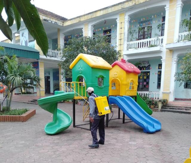 Hà Tĩnh: Phun thuốc khử trùng hơn 700 trường học để phòng dịch - Ảnh 5.