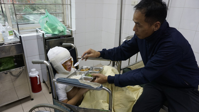 Bị bỏng xăng nặng cậu bé 8 tuổi đón Tết buồn trong bệnh viện - Ảnh 2.