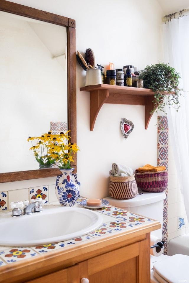 5 điều đang khiến phòng tắm của bạn trông bẩn và bừa bộn hơn - Ảnh 2.