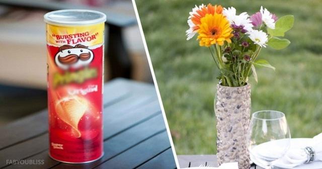 Không nghĩ lọ hoa siêu sang chảnh này lại được làm từ vỏ hộp khoai tây chiên - Ảnh 3.