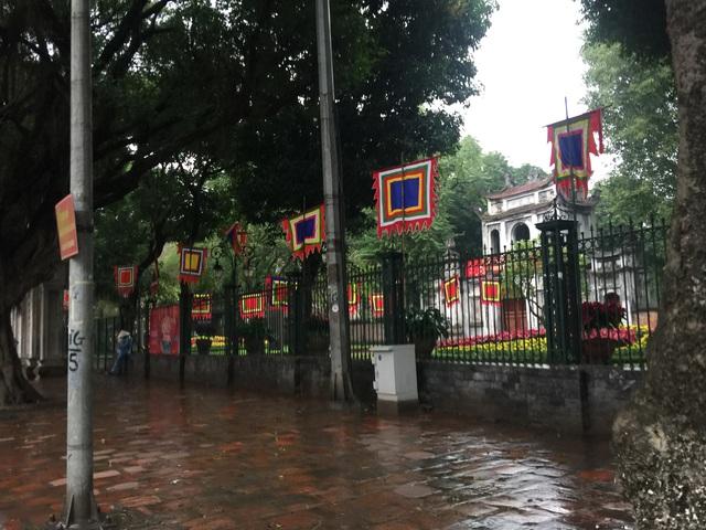 Hà Nội: Văn Miếu, Hoàng Thành và nhiều đền chùa đồng loạt treo thông báo đóng cửa để phòng virus corona - Ảnh 4.