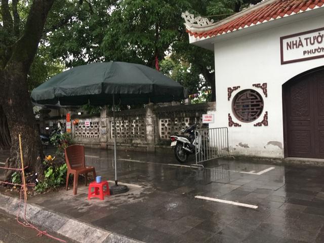 Hà Nội: Văn Miếu, Hoàng Thành và nhiều đền chùa đồng loạt treo thông báo đóng cửa để phòng virus corona - Ảnh 8.