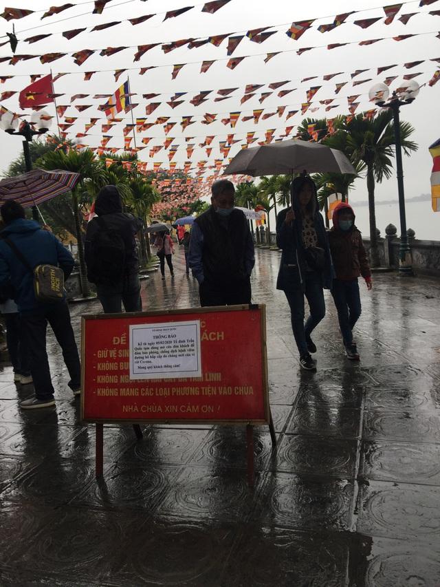 Hà Nội: Văn Miếu, Hoàng Thành và nhiều đền chùa đồng loạt treo thông báo đóng cửa để phòng virus corona - Ảnh 9.