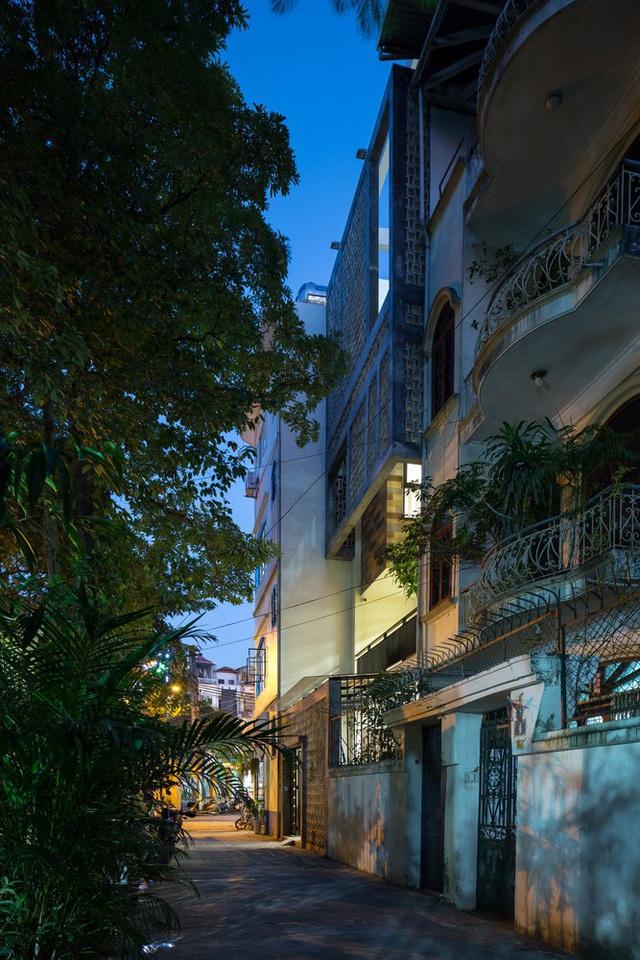 Ngôi nhà trong hẻm nhỏ Hà Nội trở nên nổi bật nhờ những bức tường làm bằng gốm sứ Bát Tràng - Ảnh 1.
