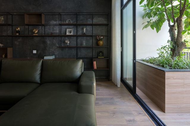 Ngôi nhà trong hẻm nhỏ Hà Nội trở nên nổi bật nhờ những bức tường làm bằng gốm sứ Bát Tràng - Ảnh 2.