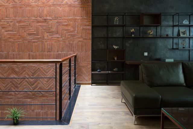 Ngôi nhà trong hẻm nhỏ Hà Nội trở nên nổi bật nhờ những bức tường làm bằng gốm sứ Bát Tràng - Ảnh 3.