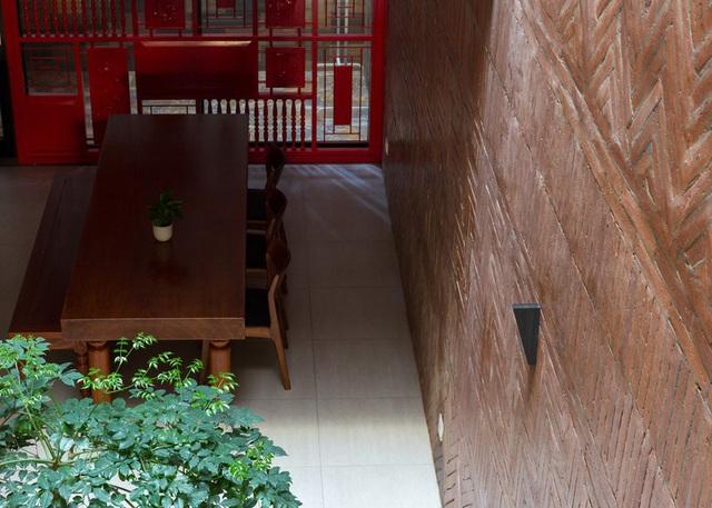Ngôi nhà trong hẻm nhỏ Hà Nội trở nên nổi bật nhờ những bức tường làm bằng gốm sứ Bát Tràng - Ảnh 4.