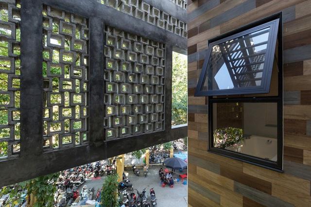 Ngôi nhà trong hẻm nhỏ Hà Nội trở nên nổi bật nhờ những bức tường làm bằng gốm sứ Bát Tràng - Ảnh 12.