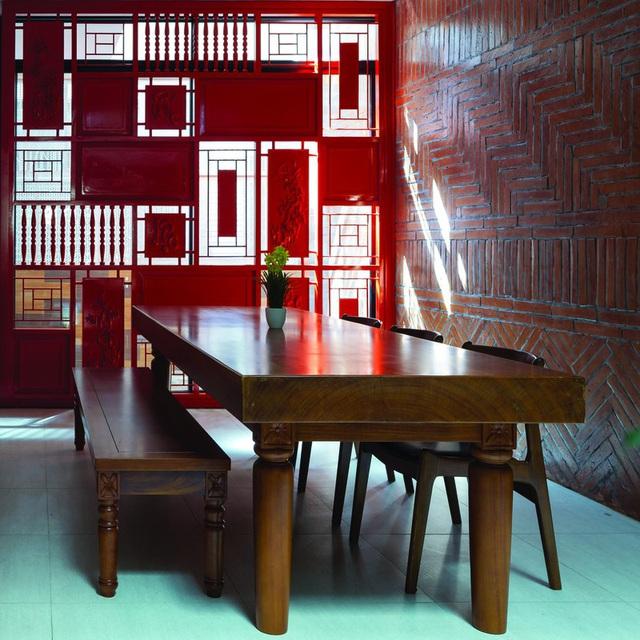 Ngôi nhà trong hẻm nhỏ Hà Nội trở nên nổi bật nhờ những bức tường làm bằng gốm sứ Bát Tràng - Ảnh 6.