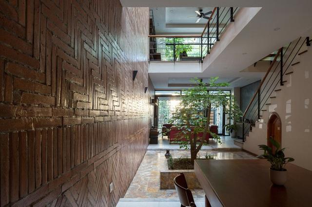 Ngôi nhà trong hẻm nhỏ Hà Nội trở nên nổi bật nhờ những bức tường làm bằng gốm sứ Bát Tràng - Ảnh 7.