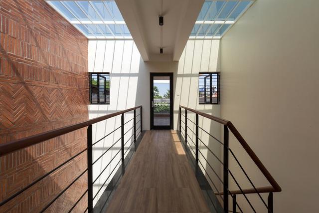 Ngôi nhà trong hẻm nhỏ Hà Nội trở nên nổi bật nhờ những bức tường làm bằng gốm sứ Bát Tràng - Ảnh 8.