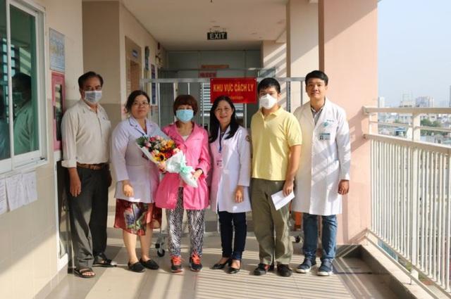Chàng trai Trung Quốc được chữa khỏi nCoV ở TP.HCM đón mẹ ra viện - Ảnh 3.