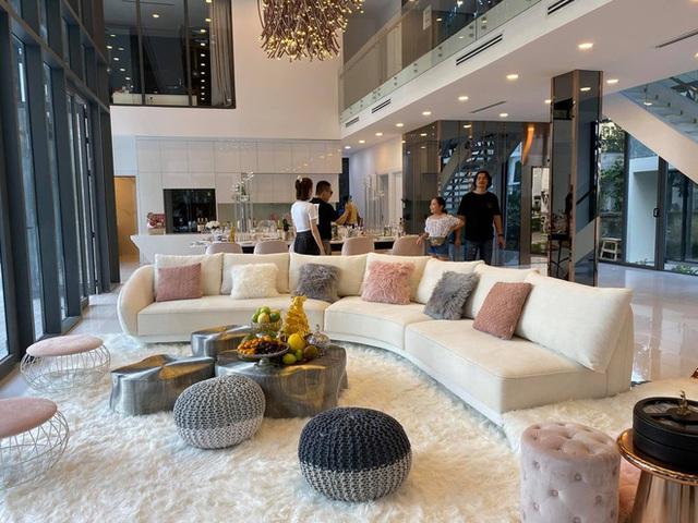 Phượng Chanel ghé thăm biệt thự mới của Ngọc Trinh, hé lộ nội thất gây choáng bên trong - Ảnh 2.