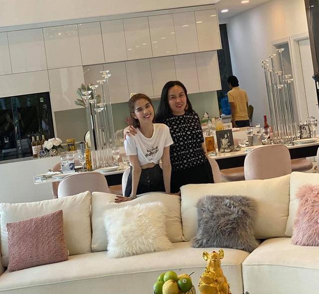 Phượng Chanel ghé thăm biệt thự mới của Ngọc Trinh, hé lộ nội thất gây choáng bên trong - Ảnh 3.