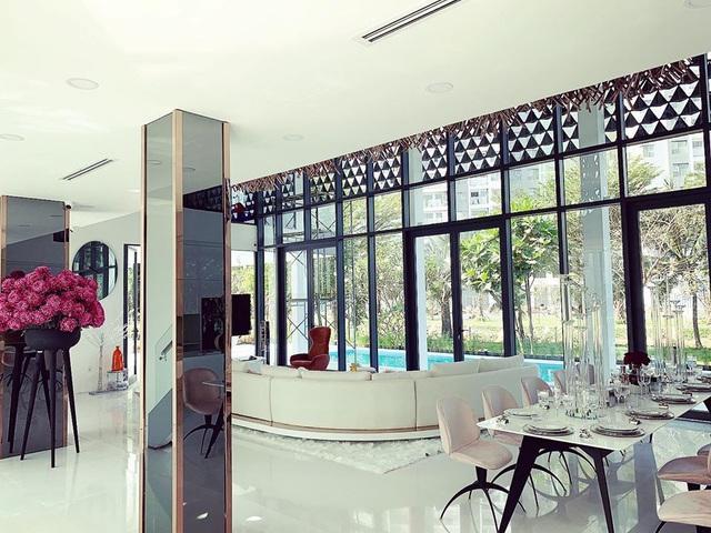 Phượng Chanel ghé thăm biệt thự mới của Ngọc Trinh, hé lộ nội thất gây choáng bên trong - Ảnh 8.