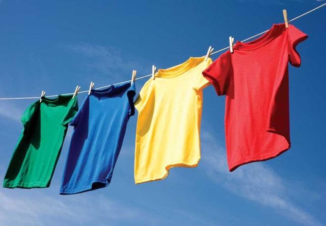 Trời nồm ẩm, quần áo phơi mãi không khô khiến vi khuẩn sinh sôi này nở, mẹo nhỏ này giúp chúng nhanh khô hơn - Ảnh 2.