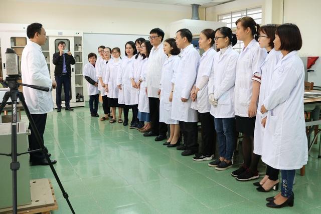 Hải Phòng: Thầy trò trường Đại học Hàng hải điều chế nước rửa tay khô sát khuẩn phát miễn phí trong trường - Ảnh 3.