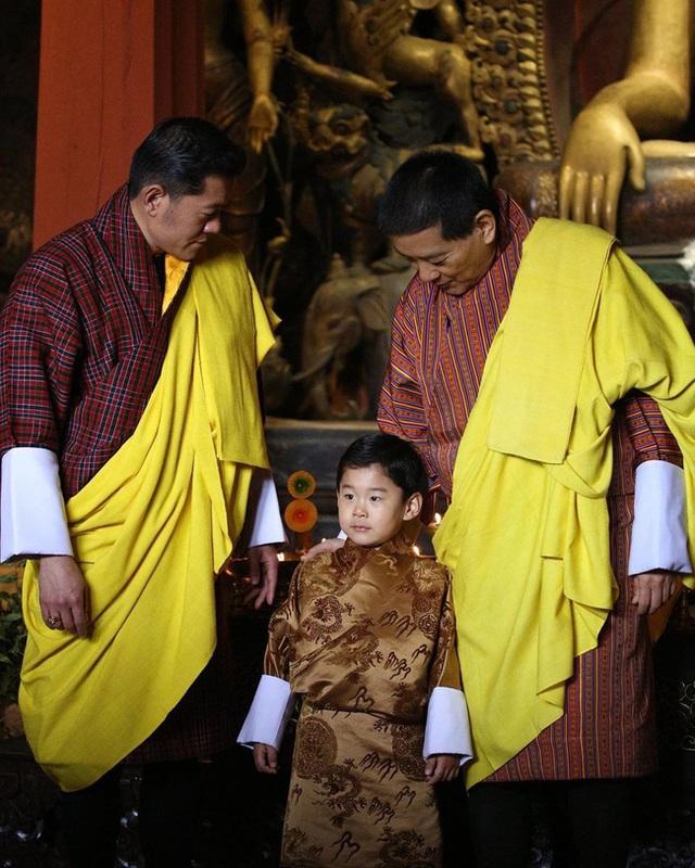 """Hoàng tử Rồng của Bhutan mừng sinh nhật 4 tuổi, gây bất ngờ về vẻ ngoại hình và sự vắng mặt bất thường của Hoàng hậu """"vạn người mê"""" - Ảnh 1."""
