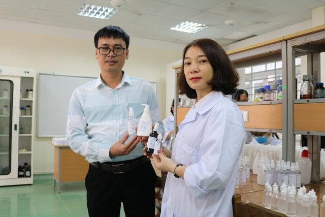 Hải Phòng: Thầy trò trường Đại học Hàng hải điều chế nước rửa tay khô sát khuẩn phát miễn phí trong trường - Ảnh 2.