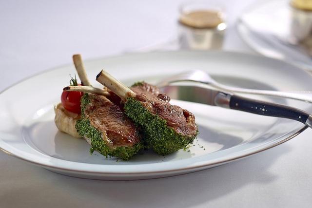 Vào nhà hàng sang ăn quả lừa đau, tôm hùm, thịt bò hảo hạng bị đánh tráo - Ảnh 1.