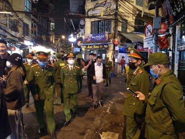 17 người ở Hoàn Kiếm bay cùng BN17 được cách ly an toàn - Ảnh 2.