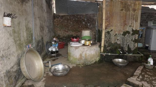 Bố mẹ bỏ đi từ nhỏ, bé gái sống với ông nội già nua trong căn nhà rách nát - Ảnh 6.